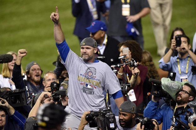 Catcher Chicaga David Ross (3) po triumfu ve Světové sérii.