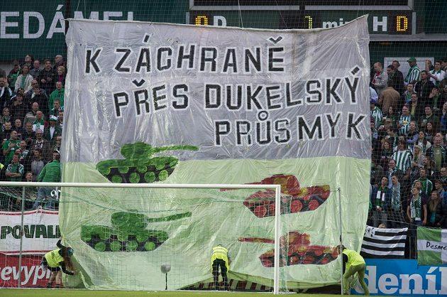 Transparent fanoušků Bohemians 1905 v úvodu utkání s Duklou.
