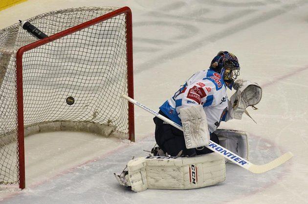 Brankář Chomutova Ján Laco dostává gól v utkání předkola play off hokejové extraligy. Když inkasoval třetí gól, odjel střídat. Mladá Boleslav ale střílela branky dál.