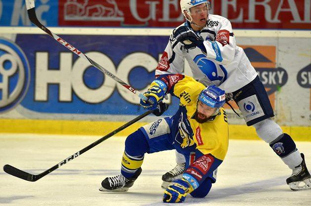 Zlínský hokejista Jakub Herman a Jan Eberle z Plzně v akci během extraligového utkání.