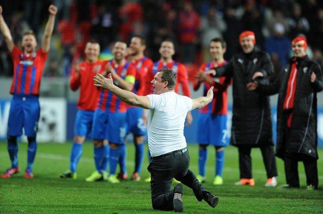 Trenér Pavel Vrba (vpředu) se loučí s fanoušky po vítězném utkání Ligy mistrů s CSKA Moskva.
