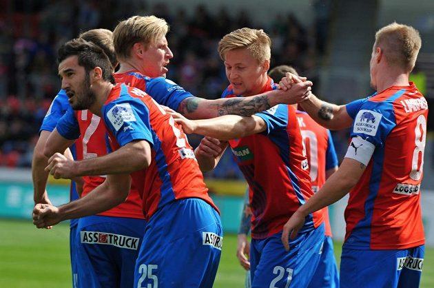 Fotbalisté Plzně se radují z gólu, vlevo je střelec Aidin Mahmutović.