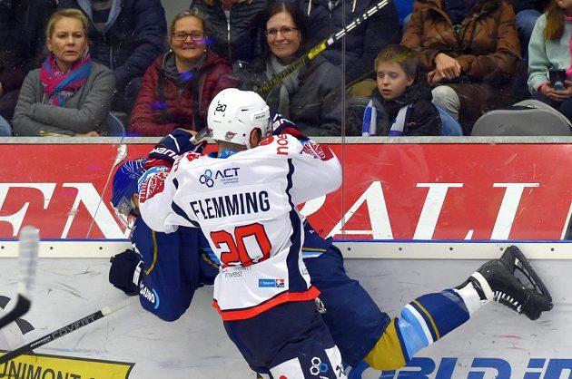 Kladenský hokejista Petr Hořava a Brett Flemming z Chomutova v akci během utkání baráže o extraligu.