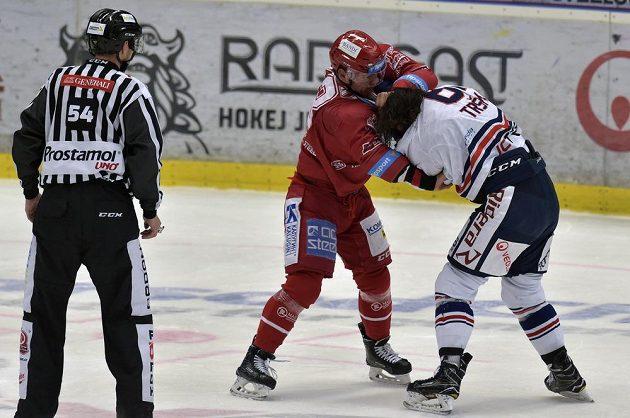 Čárový rozhodčí Michal Zíka sleduje pěstní souboj mezi Jiřím Polanským (vlevo) z Třince a vítkovickým Peterem Trškou.