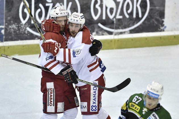 Útočníci pražské Slavie Henri Tuominen (vlevo) a Martin Ondráček se radují z gólu.