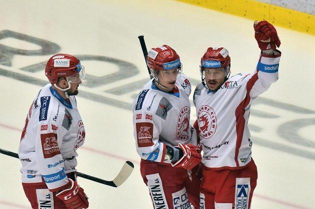 Hráči z Třince se radují z gólu, vpravo Vladimír Dravecký.