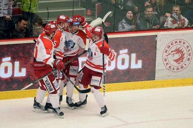 Radost hokejistů Třince po brance Redenbacha v zápase s Libercem.