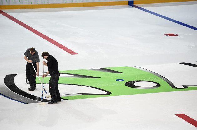Konečnou podobu dostává ledová plocha v pražské O2 areně.