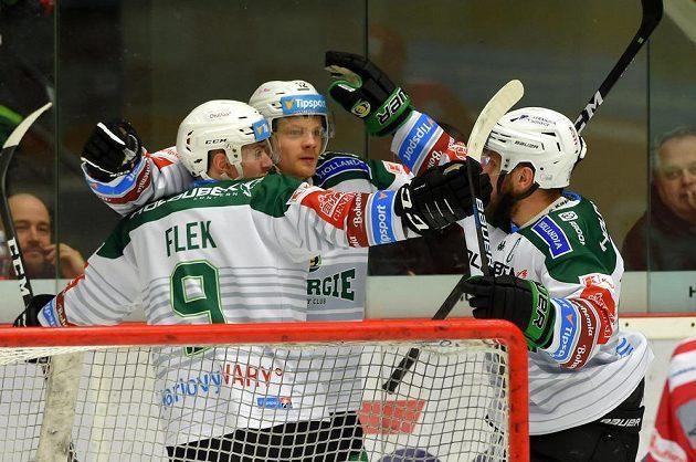 Radost hokejové Energie! Zleva Jakub Flek z Karlových Varů, Dávid Gríger z Karlových Varů a Tomáš Rachůnek z Karlových Varů se radují z gólu.