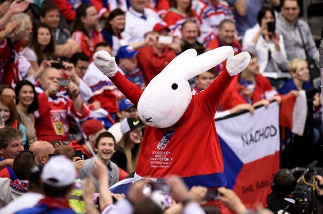 Maskot Bobek během utkání hokejového mistrovství světa mezi Českem a Rakouskem v pražské O2 areně.