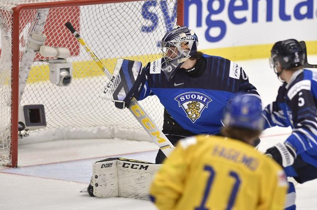Finský brankář Justus Annunen inkasuje.