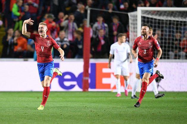 Jakub Brabec (vlevo) se raduje z vyrovnávacího gólu proti Anglii v kvalifikačním duelu v Edenu.