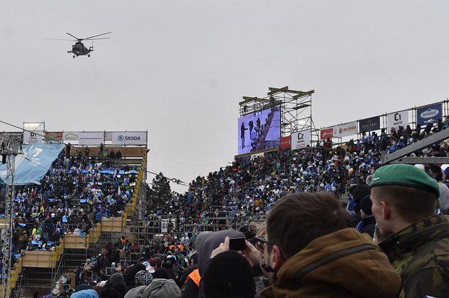 Nad stadiónem za Lužánkami přeletěl před zahájením utkání mezi Brnem a Plzní armádní vrtulník.