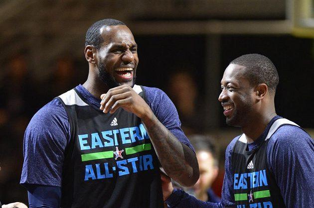 Trénink před dovednostními soutěži Utkání hvězd NBA. Zleva LeBron James a Dwayne Wade, spoluhráči z Miami.
