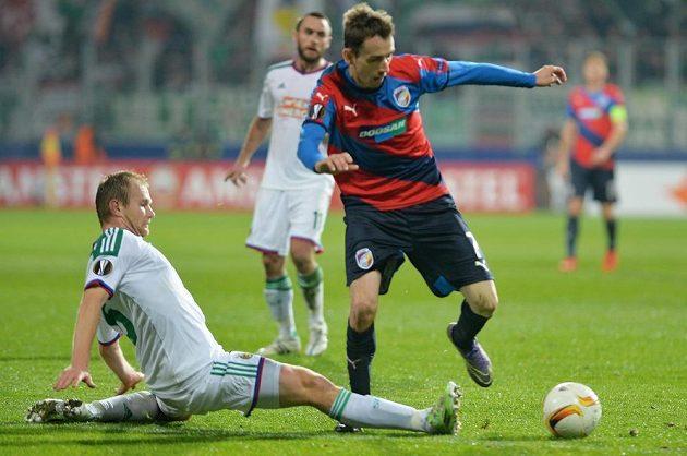 Obránce Rapidu Mario Sonnleitner (vlevo) se snaží zastavit plzeňského Tomáše Hořavu.