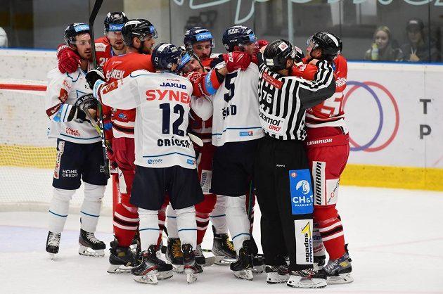Potyčka hráčů ve druhé třetině duelu HC Olomouc - Bílí Tygři Liberec.