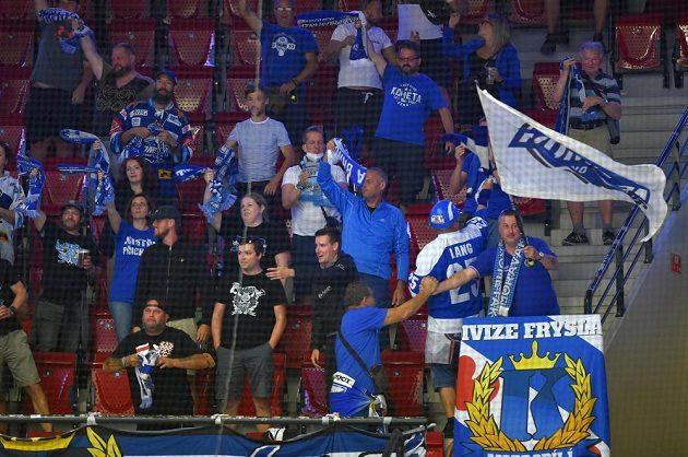 Fanoušci Brna se radují z gólu.