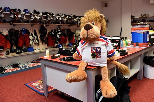 Talisman týmu má dohled. Kabina české hokejové reprezentace v O2 areně.