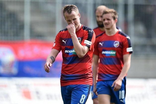 Zklamaní hráči Plzně David Limberský a Jan Kopic po zápase v Jablonci, který skončil 2:2. Plzeň si tak zkomplikovala boj o mistrovský titul.