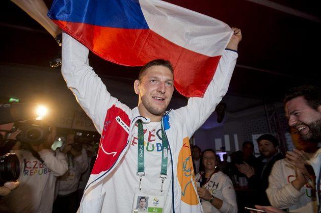 Judista Lukáš Krpálek slaví v Českém domě zisk zlaté olympijské medaile.
