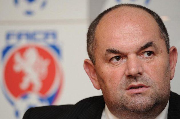 Nově zvolený předseda FAČR Miroslav Pelta během Valné hromady Fotbalové asociace dne 8. června 2013 v hotelu Clarion v Praze.