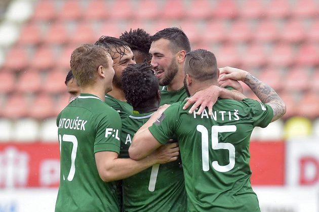 Fotbalisté Příbrami se radují z gólu, který dal Karel Soldát (druhý zprava) do sítě Karviné.