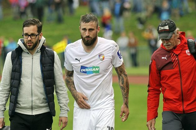Otřesený plzeňský útočník Jan Holenda (uprostřed) musel v poháru v Tachově vystřídat.