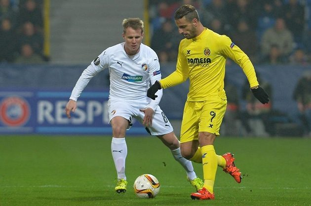 Plzeňský obránce David Limberský a Roberto Soldado z Villarrealu v utkání Evropské ligy.