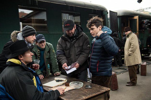 A půjdu tamtím směrem? Vavřinec Hradilek probírá s kolegy chystaný záběr během natáčení filmu Tenkrát v ráji.