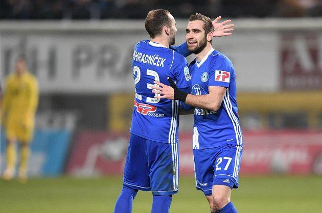 Olomoucká radost v duelu se Spartou. Vedoucí gól Hanáků vstřelil obránce Sladký (vpravo), jemuž gratuluje spoluhráč Zahradníček.