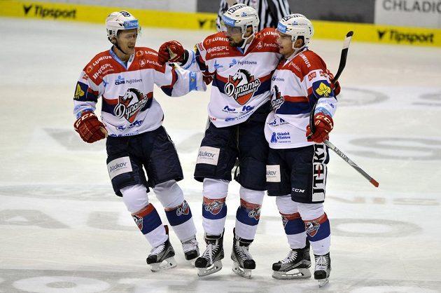 Zleva Radoslav Tybor, Jakub Svoboda a Martin Štajnoch z Pardubic se radují z gólu proti Liberci.