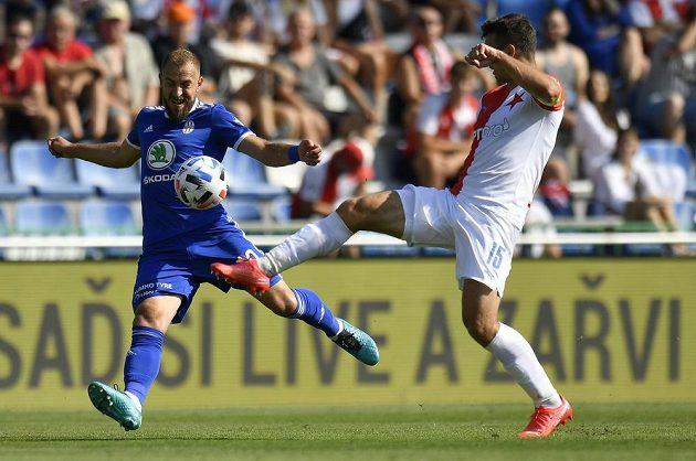 Utkání 4. kola první fotbalové ligy: FK Mladá Boleslav - Slavia Praha, 14. srpna 2021 v Mladé Boleslavi. ZlevaJiří Skalák z Boleslavi aOndřej Kúdela ze Slavie.