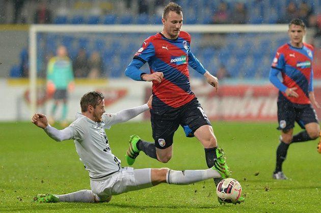Renars Rode (vlevo) z Olomouce a Michael Krmenčík z Plzně v úvodním duelu čtvrtfinále MOL Cupu.