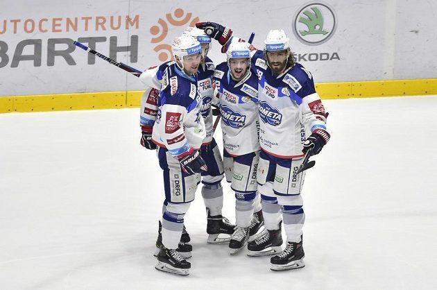 Hokejisté Komety Brno se radují z branky v extraligovém utkání.