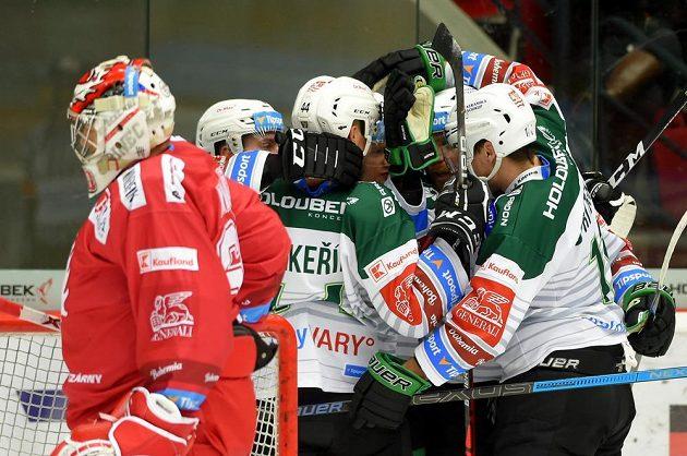 Hokejisté Karlových Varů se radují z gólu.