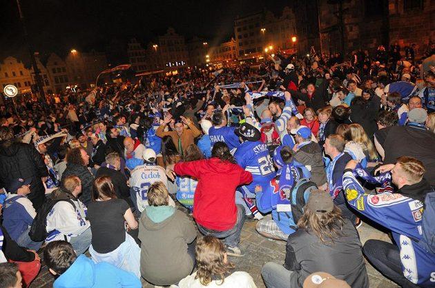 Fanoušci čekají na plzeňském náměstí na své hrdiny.