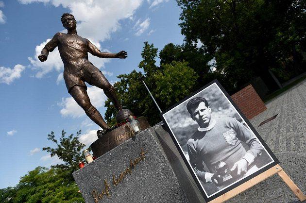 Spoluhráči, kamarádi a zástupci Dukly Praha u sochy Josefa Masopusta uctili jeho památku dne 29. června 2015 u stadiónu Juliska v pražských Dejvicích.