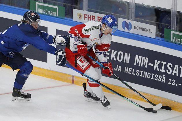Český hokejista Lukáš Radil v akci na Channel One Cupu během utkání s Finskem.