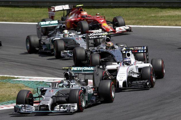 Mercedes Nica Rosberga pronásledovaný Bottasovým williamsem.