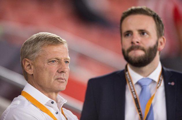 Kouč Sparty Zdeněk Ščasný a člen představenstva Jakub Otava po prohraném zápase EL v Southamptonu.