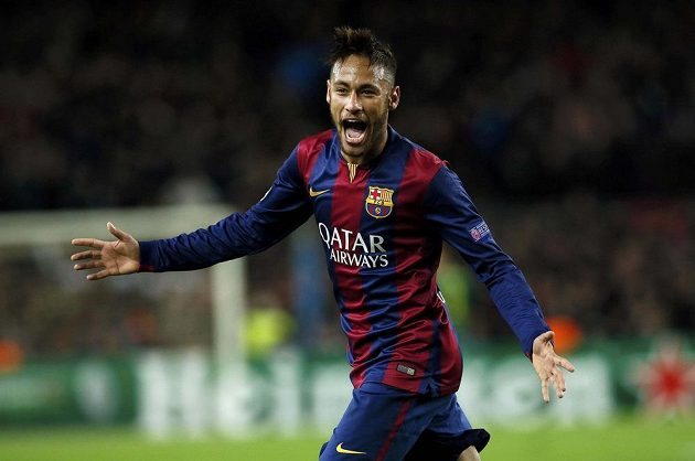 Neymar z Barcelony oslavuje gól proti PSG.