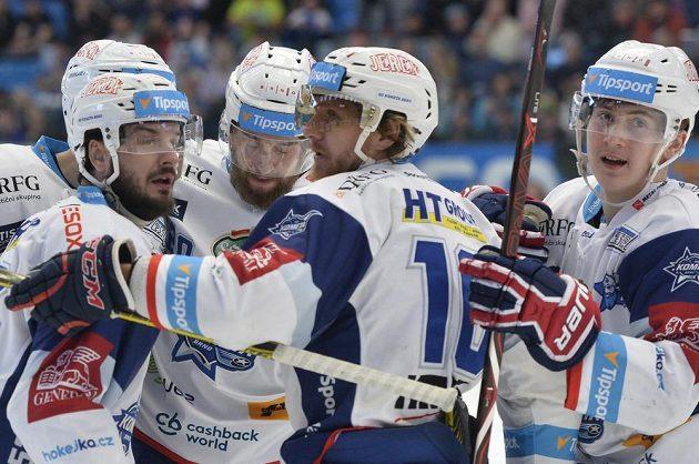 Hokejisté Brna se radují z prvního gólu v Plzni. Druhý zprava jeho autor Martin Erat.