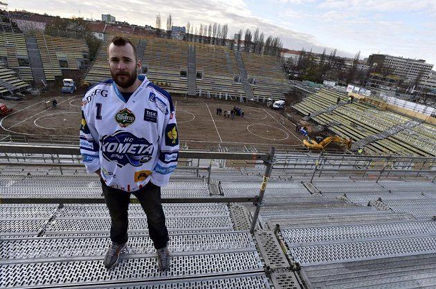 Brankář Komety Brno Marek Čiliak obhlíží stadión pro zápasy pod širým nebem.