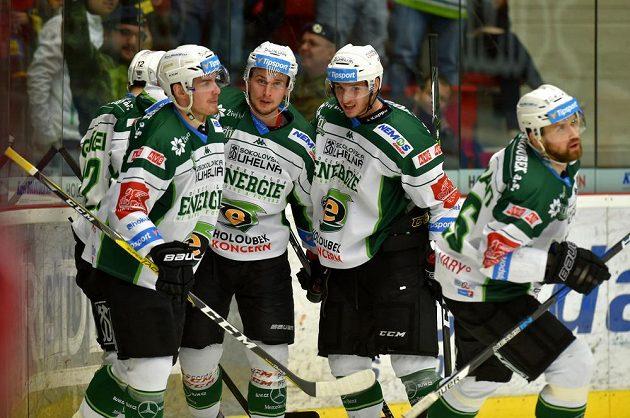 Hokejisté Karlových Varů se radují z gólu proti Pardubicím.