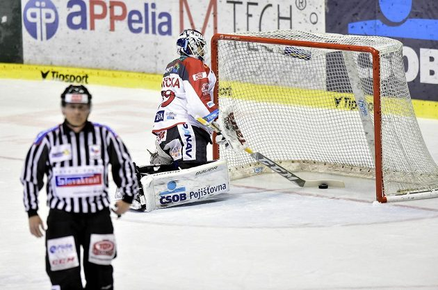 Brankář Martin Růžička z Pardubic po inkasovaném gólu v utkání baráže s Jihlavou.