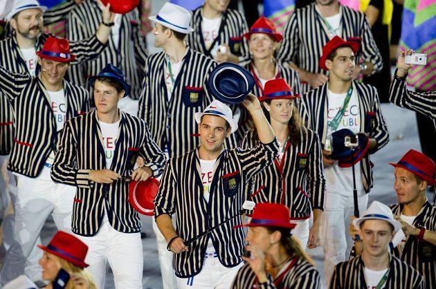 Češi zdraví diváky na stadiónu Maracaná při slavnostním zahájení olympijských her v Riu.