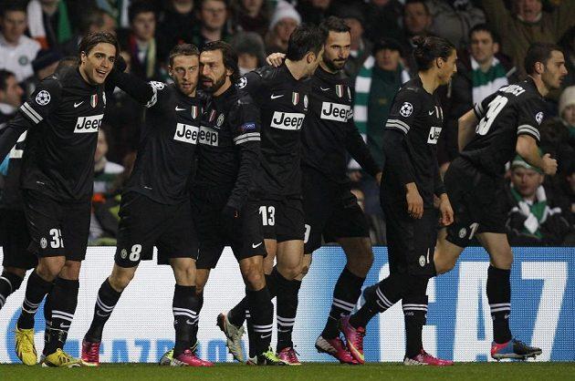 Fotbalisté Juventusu se radují z branky v utkání proti Celtiku Glasgow.