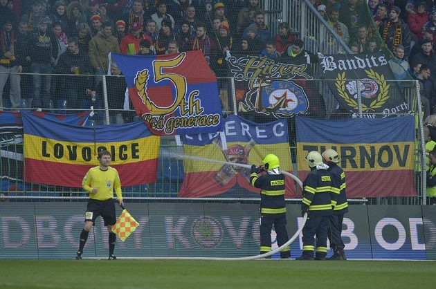 Při utkání Mladá Boleslav - Sparta musela být hra na chvíli přerušena kvůli zapáleným dýmovnicím v sektoru fanoušků hostů.