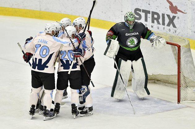Hokejisté Chomutova se radují z gólu, vpravo brankář Mladé Boleslavi Gašper Krošelj.