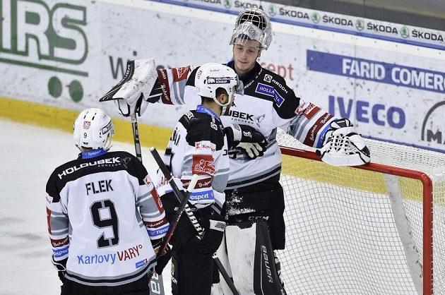 Hokejisté Karlových Varů (zleva) Jakub Flek, Dominik Graňák a Jan Bednář po inkasovaném gólu.